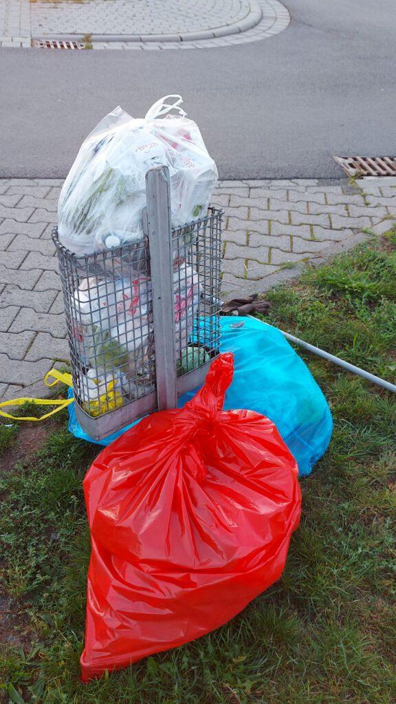 Der Großteil des eingesammelten Mülls der Umweltfreunde im roten Sack.